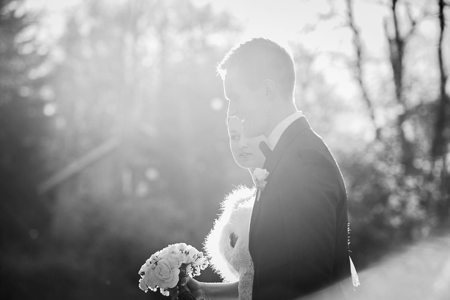 svart vit bild med brudpar