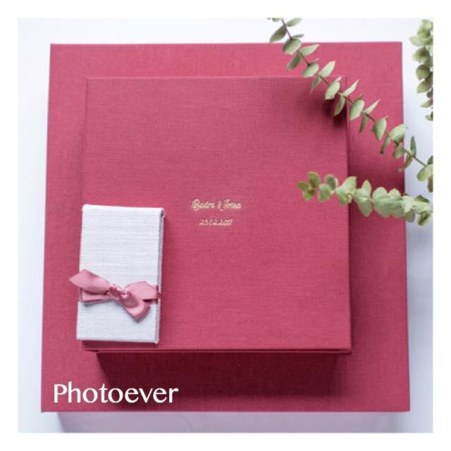 Bilden visar en fotobok som ligger på sitt etui både boken och etuit är i serice linne
